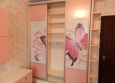 Шкаф с бабочками в детскую спальню
